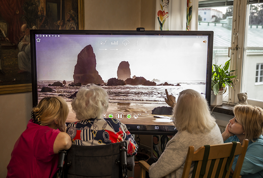 care home residents using a Yetitablet (002)